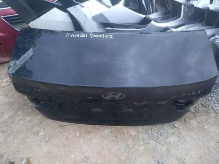 Крышка багажника на Hyundai Sonata 7 за 10 000 тг. в Алматы – фото 2