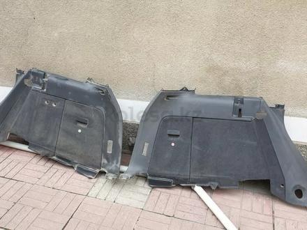 Обшивки багажника боковые Таурег за 15 000 тг. в Алматы