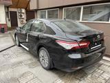 Toyota Camry 2021 года за 20 150 000 тг. в Алматы – фото 2