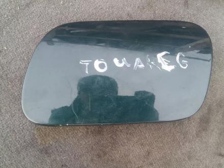 Лючок бензобака зелёный Volkswagen Touareg за 8 000 тг. в Семей
