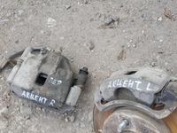 Передние тормозные суппорта хундай акцент 2005г за 9 000 тг. в Актобе