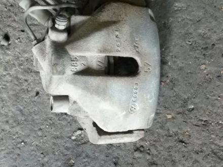 Суппорт передний на Audi a4 (b5) 1994-2001 год за 4 000 тг. в Алматы