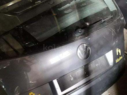 Крышка багажника фольксваген тауран за 1 000 тг. в Караганда
