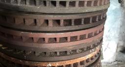 Диски тормозные передние Camry 30 2.4 пара за 15 000 тг. в Алматы – фото 2