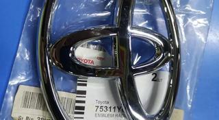 Эмблема на решетку на Toyota Camry за 4 000 тг. в Алматы