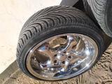 Диски оригинал, в хорошем состоянии, в комплекте летние шины за 300 000 тг. в Байконыр – фото 2