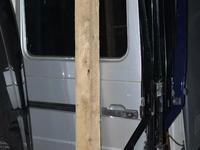 Стекло дверное на гелендваген G320 W463 за 3 000 тг. в Алматы