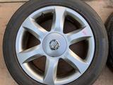 Резина с дисками Nissan 215/55/17 (лето) за 160 000 тг. в Алматы – фото 2