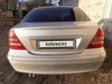 Mercedes-Benz C 200 2001 года за 2 300 000 тг. в Усть-Каменогорск – фото 2