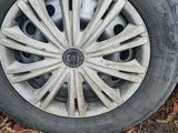 Комплект колёс (шины, диски, колпаки) летние или обмен на зимних R15/65/185 за 40 000 тг. в Семей – фото 3