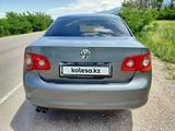 Volkswagen Jetta 2005 года за 3 000 000 тг. в Алматы – фото 4