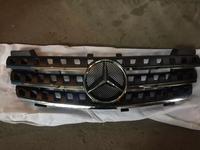 Решетка радиатора Mercedes Benz w164 ML черная за 85 000 тг. в Алматы