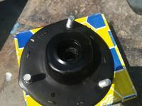 Стойка передняя правая, опорная чашка передняя правая, опорный подшипник за 10 000 тг. в Актобе
