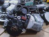 Оригинальный моторчик стеклоподъемника на Toyota Avensis за 5 000 тг. в Алматы