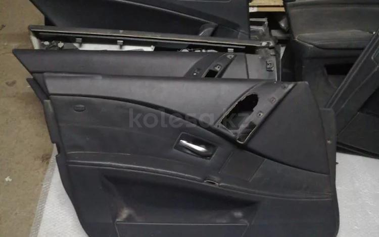 Обшивка водительской двери на BMW e60 5 за 15 000 тг. в Алматы