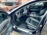 BMW 750 2013 года за 12 000 000 тг. в Атырау – фото 2