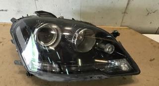 Фара правая черная Mercedes ML 164 рестайлинг за 340 000 тг. в Алматы