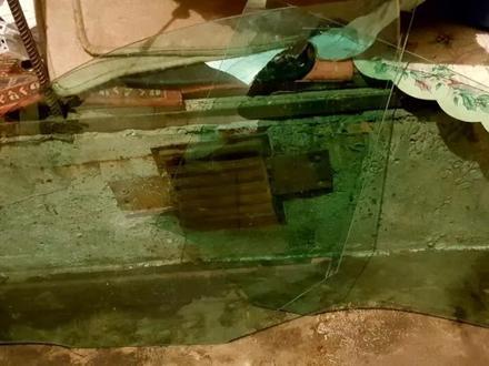 Стекло дверное боковое на мерседес E250 W212 за 3 000 тг. в Алматы – фото 2