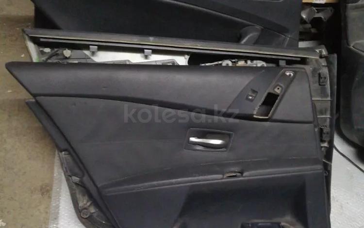 Обшивка задней левой двери на BMW e60 5 серии за 15 000 тг. в Алматы