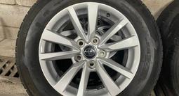 Оригинальные диски с резиной на Toyota Camry 70 за 250 000 тг. в Алматы – фото 2