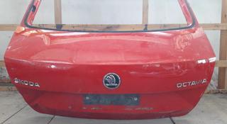 Крышка багажника шкода Октаия за 65 000 тг. в Костанай