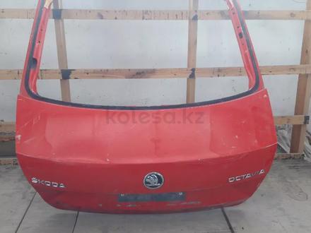 Крышка багажника шкода Октаия за 65 000 тг. в Костанай – фото 2