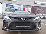 Toyota Camry 2021 года за 16 921 800 тг. в Уральск – фото 2