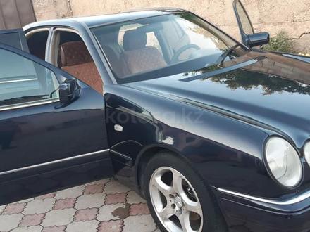 Mercedes-Benz E 240 1999 года за 2 600 000 тг. в Шымкент – фото 2