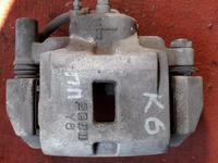 Суппорт тормозной передний правый на Mazda Xedos 6, Cronos v2.0… за 9 000 тг. в Караганда