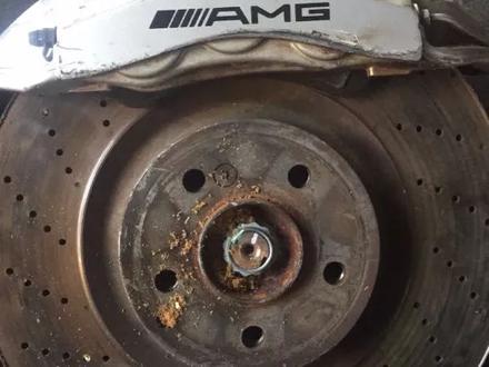 Диски тормозные с суппортом Мерседес W219 CLS55AMG за 420 000 тг. в Алматы – фото 2