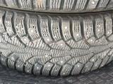 Зимние шины с дисками комплект Nokian за 100 000 тг. в Атырау – фото 5