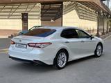 Toyota Camry 2018 года за 12 800 000 тг. в Шымкент – фото 2