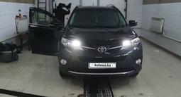 Toyota RAV 4 2015 года за 10 000 000 тг. в Атырау – фото 4