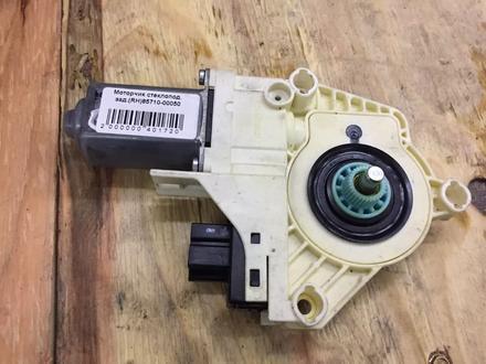 Моторчик стеклоподьемника задний правый на Audi q7.85710-00050 в Алматы