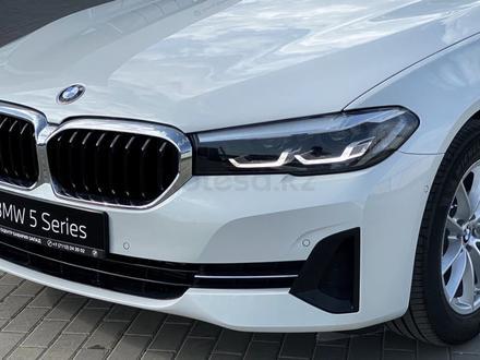 BMW 520 2021 года за 25 200 000 тг. в Уральск – фото 2