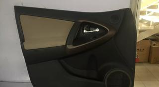 Обшивка двери передняя левая Toyota rav4.67620-42700-b0 за 111 тг. в Алматы
