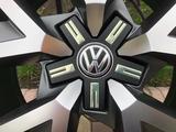 Оригинальные диски R20 на VW Touareg III (Туарег) за 600 000 тг. в Алматы – фото 2