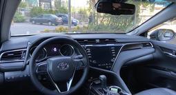 Toyota Camry 2018 года за 13 800 000 тг. в Алматы – фото 4