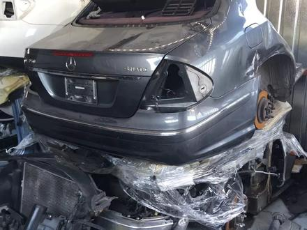 Задняя часть кузова w211 за 1 000 тг. в Алматы