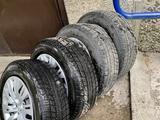 Зимние шины с дисками и колпаками на Тойота Камри за 130 000 тг. в Алматы – фото 2