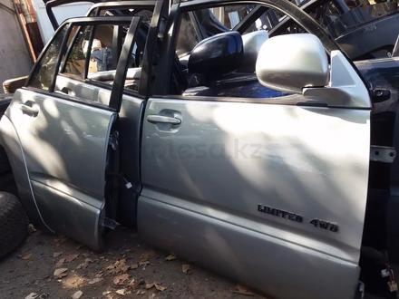 Дверь передняя на Toyota 4Runner 215 за 555 тг. в Алматы