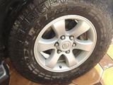 Диски r17 на Prado 120 с идеальной резиной Toyo за 300 000 тг. в Алматы