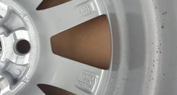 Оригинальные диски с родными шинами с датчиком от Камри 70 за 260 000 тг. в Алматы – фото 3