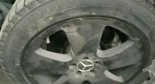 Зимние шины 255/45/18 с дисками на мерседес 221, состояние отличное за 155 000 тг. в Алматы