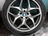 Диски с резиной на BMW X5 E53 за 245 000 тг. в Караганда