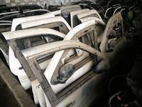 Дверь стекло на мерседес мл w163 передняя задняя правая левая… за 14 999 тг. в Алматы