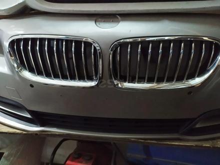 Бампер передний на BMW f10 рестайлинг за 320 000 тг. в Алматы – фото 4