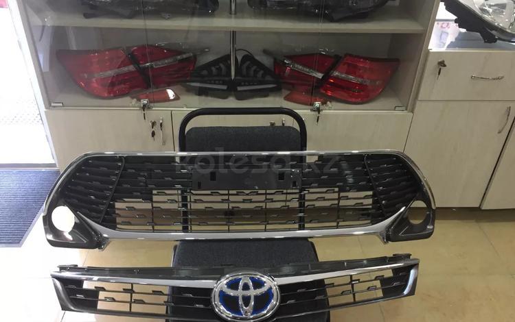 Решетка переднего бампера Toyota Camry 55 за 23 000 тг. в Костанай