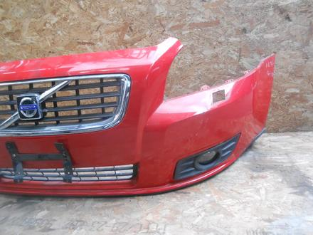 Бампер передний с решеткой туманками Volvo s40 за 75 000 тг. в Алматы – фото 2