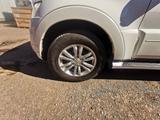 Комлпект оригинальных дисков с резиной Mitsubishi pajero 4 за 230 000 тг. в Нур-Султан (Астана)
